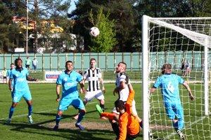 Futbalisti Šale (v modrom) dosiahli v Prievidzi dôležité víťazstvo, hoci hrali 23 minút v oslabení.