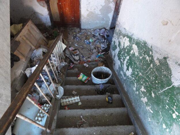 V mestských bytovkách je hrozný neporiadok.