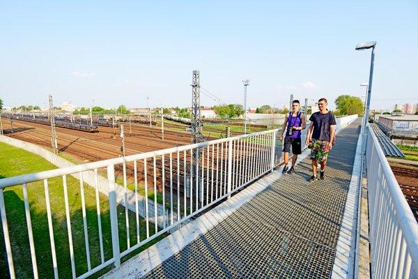 Lávka pre peších a cyklistov, ktorá prepája sídlisko Prednádražie s Coburgovou ulicou ponad železničnú trať.