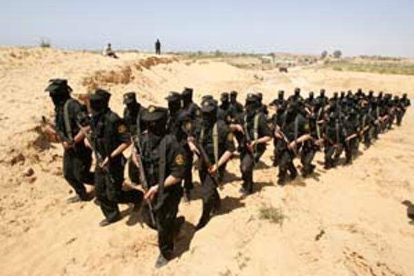 Členovia skupiny Islamský džihád počas cvičenia neďaleko Gazy.