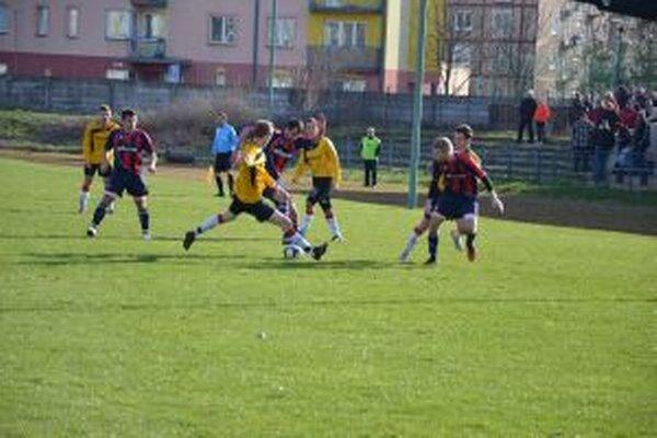 Hráči N. Dubnice (v žltom)sa proti Častkovciam nepresadili.
