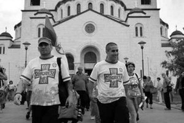 Skupina Srbov sa v júni vydala na pochod do Kosova.