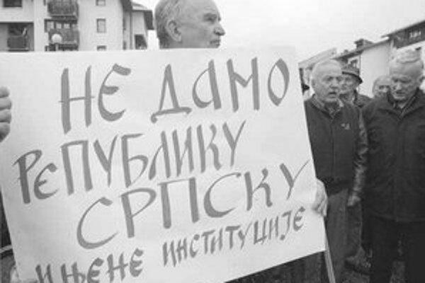 Srbská demonštrácia proti krokom slovenského diplomata.