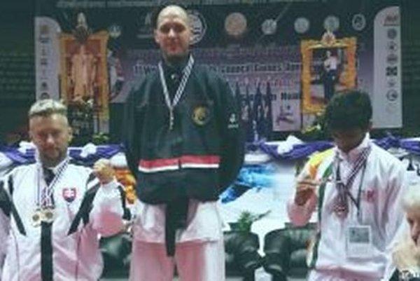 Ján Daniš (vľavo)získal striebornú medailu v kumite bez rozdielu váh so zranením.