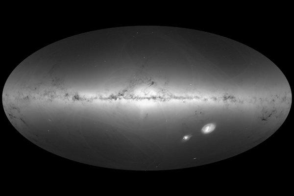 Verzia mapy z meraní 1,7 miliardy hviezd, ktorá ukazuje hustotu hviezd. Svetlé regióny ukazujú najväčšiu hustotu hviezd. Tmavé mraky sú oblaky medzihviezdneho playnu a prachu, ktoré neprepúšťajú svetlo hviezd za nimi.