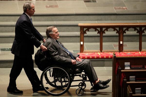 George Bush starší trpí formou Parkinsonovej choroby, v dôsledku ktorej sa pohybuje pomocou invalidného vozíka či motorizovanej kolobežky.