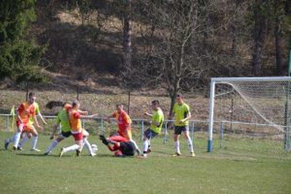 Situácia pred vyrovnávajúcim gólom Papradna (v oranžovočervenom) v zápase s H. Porubou.