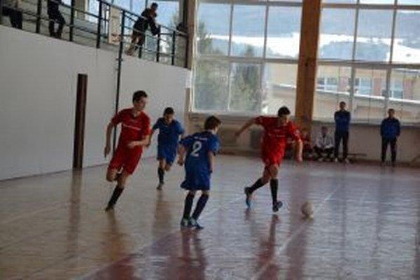 Starší žiaci N. Dubnice A (v červenom) v zápase s L. Rovňami.