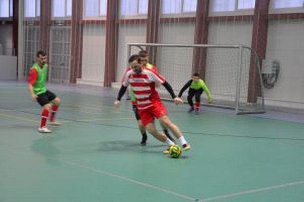 V rozhodujúcim zápase Pov. Bystrica (v bieločervenom) zdolala Belušu B.