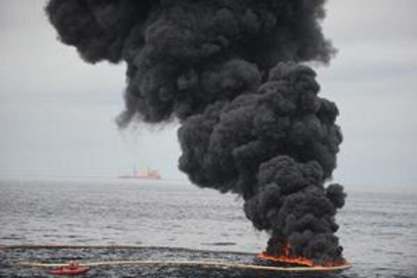 Kontrolované spaľovanie ropnej škvrny v Mexickom zálive.