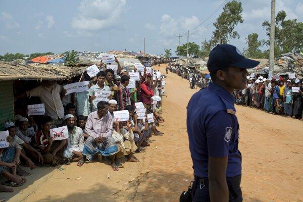 Pred komunitným centrom sa zhromaždilo niekoľko sto Rohingov.