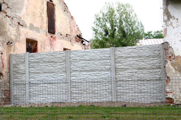 Tehlové múry s narušenou statikou nahradili nové betónové ploty.
