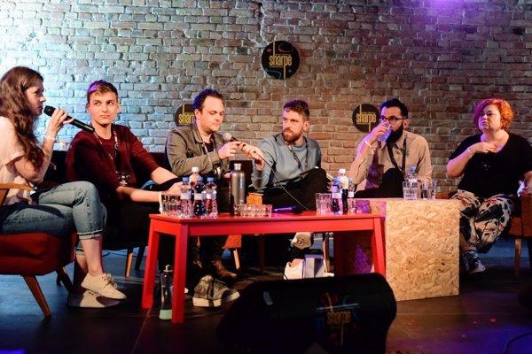 Zahraniční odborníci na konferencii festivalu Sharpe hodnotia slovenskú hudbu. Oskar Štrajn je tretím zľava.