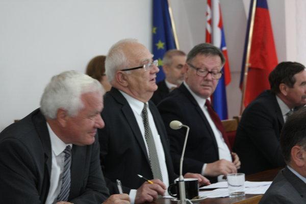 Exkuzívne platený úradníci. Viceprimátor Tribus, primátor Hanuščak aprednosta Popjak.