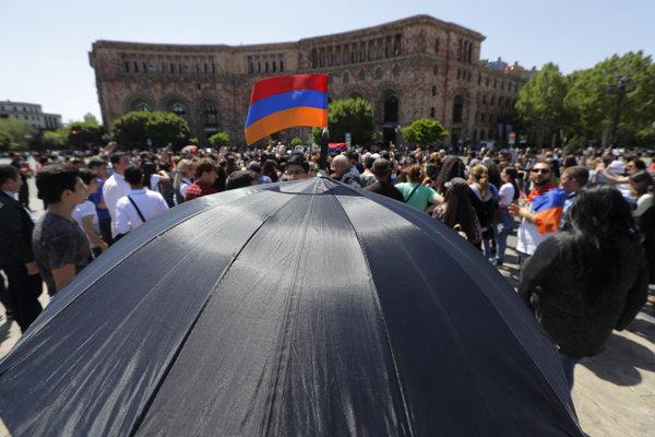 V Arménsku pokračujú protivládne protesty.