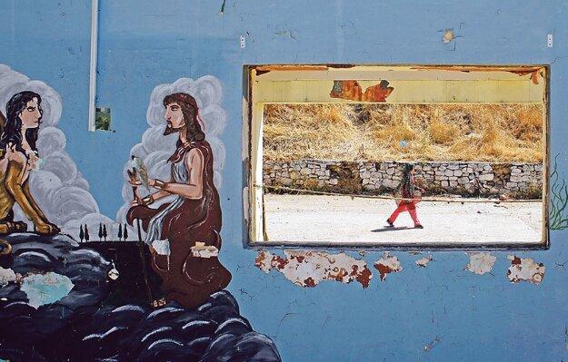 Dievča v utečeneckom tábore na gréckom ostrove Lesbos, pohľad z bývalej vojenskej základne.