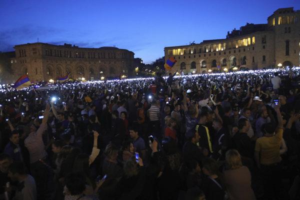 Opoziční demonštranti a stúpenci vodcu arménskej opozície Nikolu Pašinjana protestujú na Námestí republiky v Jerevane.