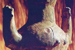 Antropomorfná nádoba s rukami v adoračnom geste zo Svodína. Prsia naznačujú dva výčnelky. Okolo 4700 rokov p.n.l.