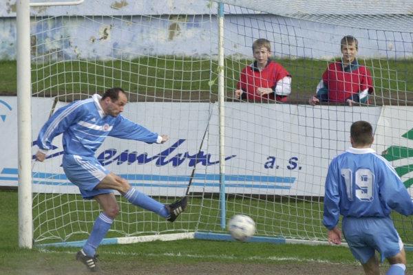 Zápas ligy HFC Humenné – ŠK Slovan Bratislava 11. apríla 2000 sa začal kurióznym gólom Ladislava Pecka. Už v4. minúte strelil vlastný gól. Slovan nakoniec remizoval 3:3. Ladislav Pecko (vľavo) strieľa vlastný gól.