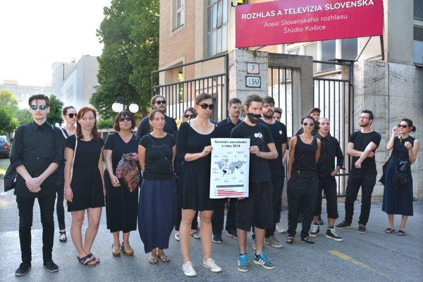 Protest pred košickým rozhlasom.