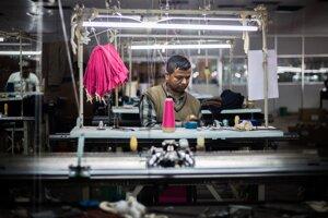 Priemerná mzda v bežnom nepálskom zamestnaní nezvykne byť vyššia ako 10000 rupií mesačne, čo je v prepočte iba necelých 80 eur. V továrni je mzda úkolová a najšikovnejší pracovníci si počas hlavnej sezóny zarobia niekoľkonásobok priemerného nepálskeho platu.