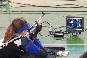 Lucia Krišťaková pred monitorom, na ktorom strelec detailne vidí svoj zásah.