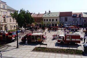 Námestie zaplnili hasiči.