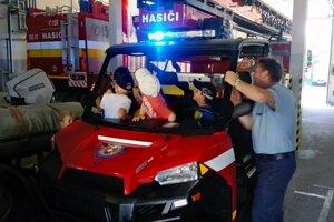 Deti si vyskúšali hasičskú techniku.