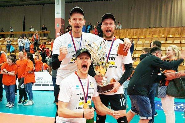 Radoslav Prešinský (stojí vľavo) sa stal majstrom Česka s tímom VK ČEZ Karlovarsko. Vedľa neho stojí Jakub Hukel, tiež bývalý hráč Nitry.