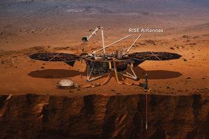 Antény RISE precízne sledujú polohu landeru InSight a určujú tak, ako moc kmitá severný pól Marsu pri obehu okolo Slnka.