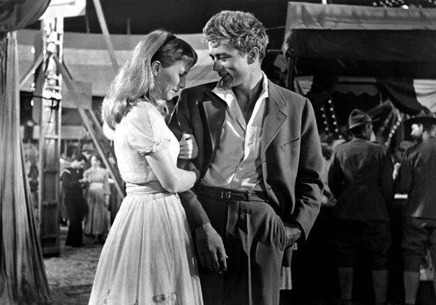 S Julie Harrisovou v dráme na východ od raja (1955) nakrútenej podľa románu Johna Steinbecka.
