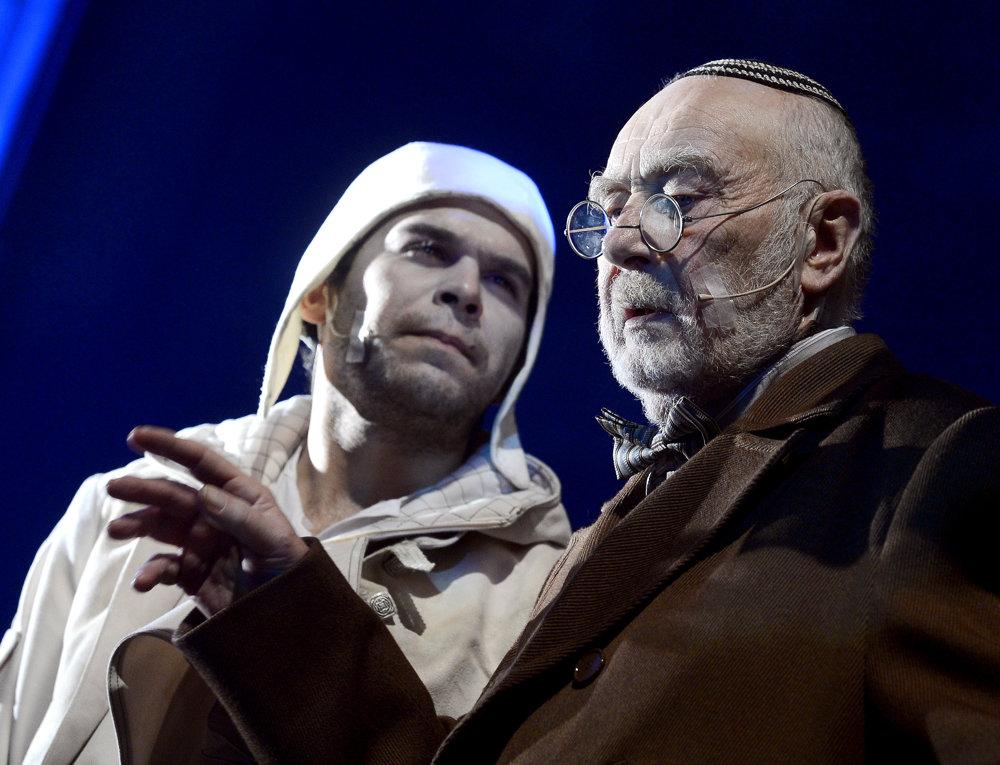 Na snímke herci vpravo Leopold Haverl (Jozef Katz) a vľavo Lukáš Pišta (Piti) počas ukážky z muzikálu