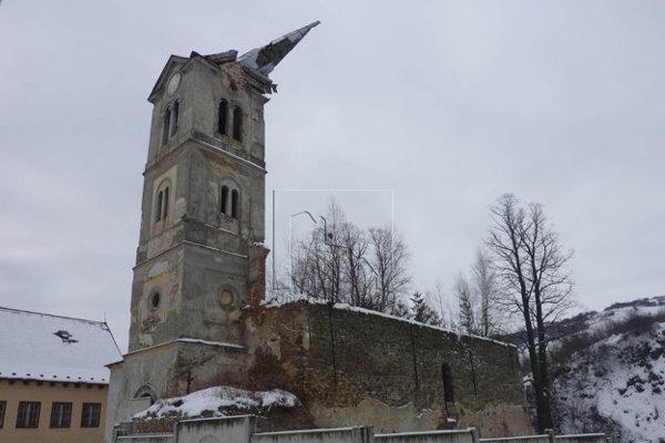 Kostol vLomničke. Ostalo z neho torzo.