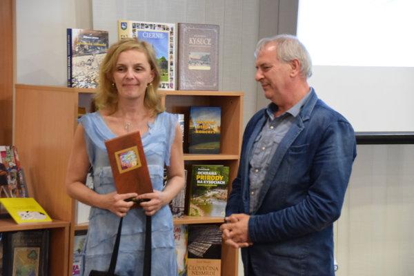 Mária Ščuryová aPavol Gomola pri preberaní ocenenia za publikáciu Čierne – dedinka naša, monografia obce.
