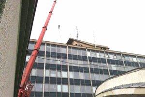 Osádzanie vysielača na strechu martinskej radnice.