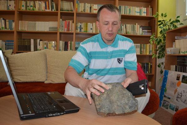 Paleontológ Martin Kundrát ukazuje odliatok dinosaurej stopy, ktorú objavil v Tatrách.