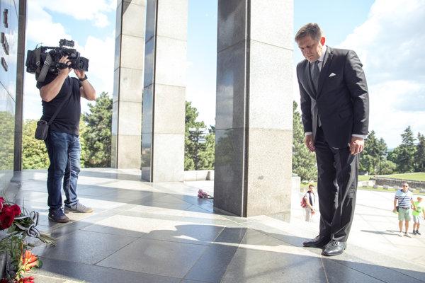 Predseda strany SMER-SD Robert Fico (vpravo) na bratislavskom Slavíne pri príležitosti štátneho sviatku Dňa víťazstva nad fašizmom.