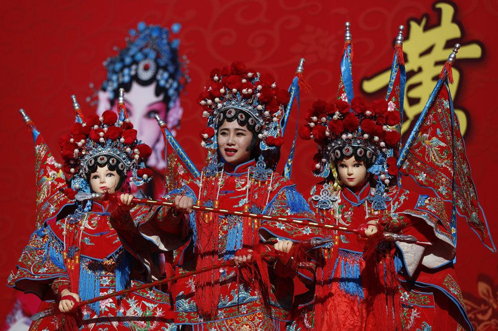 Tanečníci oblečení do tradičných odevov. TASR/AP
