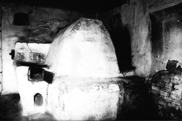 Fotografia zachytáva starobylú pec na chlieb z Mojmíroviec. Takéto pece sa stavali v izbách, kúrilo sa do nich z pitvora z otvoreného podkomína.