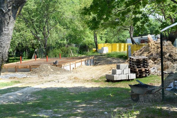 Po zbúraní pôvodnej chatky rozšírili základy pre chystanú budovu.