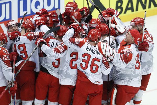 Hokejisti Dánska sa radujú z víťazstva nad Fínskom.