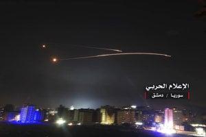 Na záberoch sýrskych štátnych médií vidno rakety nad Damaskom.