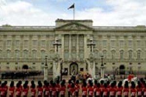 K Buckinghamskému palácu neodmysliteľne patrí aj výmena stráží.