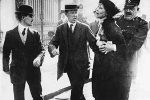 Zatýkanie Emmeline Pankhurstovej.