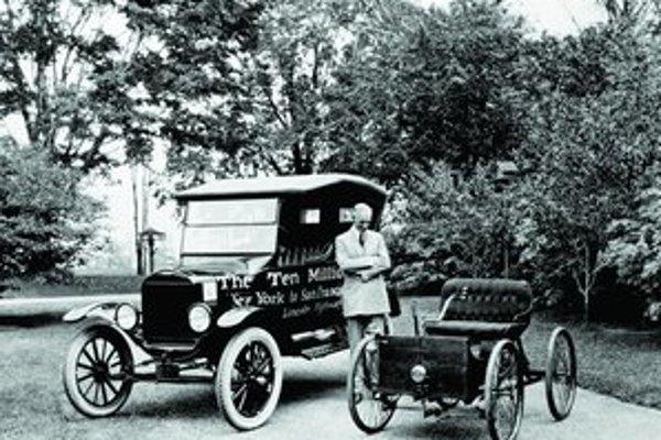 Henry Ford stojí medzi slávnym Modelom T a kvadracyklom.