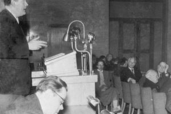 Laco Novomeský reční na I. zjazde Zväzu československých spisovateľov v roku 1949.