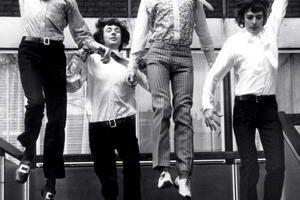 """Roger Keith """"Syd"""" Barrett  sa narodil sa 6. januára 1946 v Cambridgei. V roku 1965 zakladal skupinu Pink Floyd. Stál pri zrode žánru psych folk. Na archívnej snímke z roku 1967 je  Syd Barrett druhý sprava."""