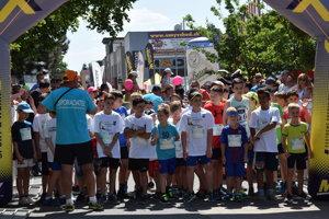 Na štart sa postavili rôzne kategórie súťažiacich bežcov. Začínali najmladšie kategórie dievčat a chlapcov.
