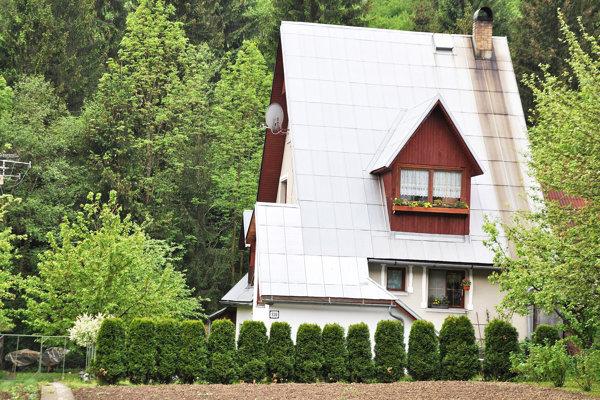 Do tohto domu sa majitelia dostanú len cez susedov.