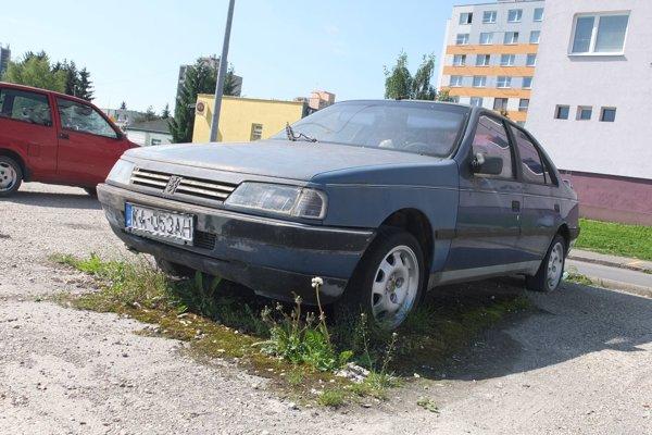 Toto auto sa z parkoviska na Svitavskej nedarí dostať roky.